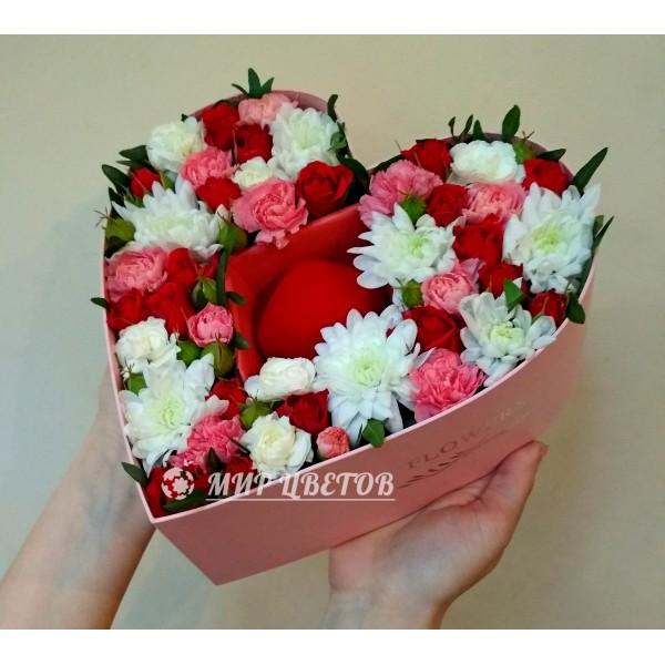 Коробка Сердце с цветами и подарком