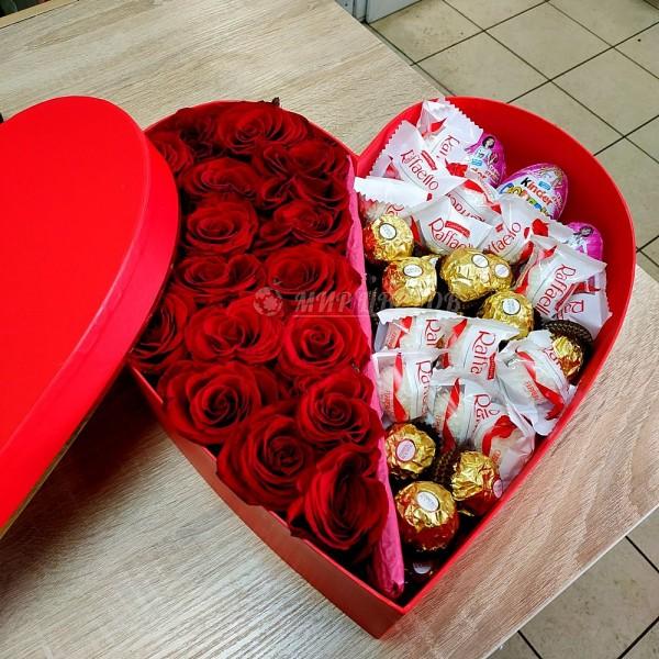 Коробка сердце большое с красными розами и сладостями