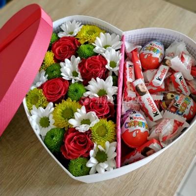 Коробка сердце микс цветов и киндеры