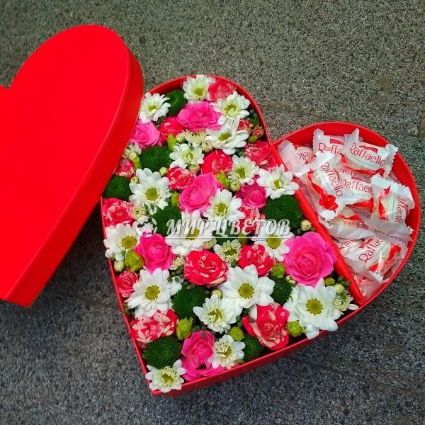 Коробка сердце большое с цветами микс и конфетами