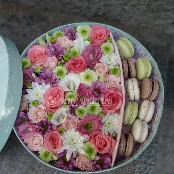 Коробка с цветами круглая и макаруны