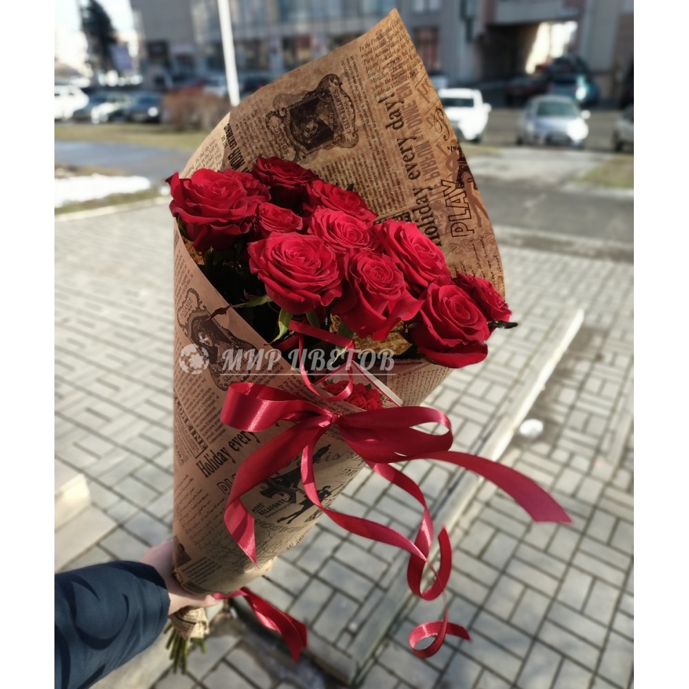 Букет 11 бордовых роз в упаковке крафт