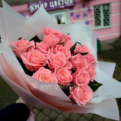 Букет 15 розовых роз в кальке, высота 70см