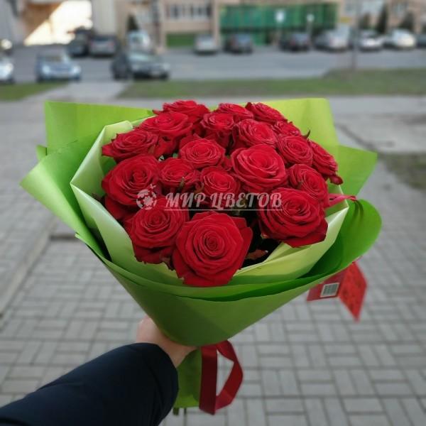 Букет 19 бордовых роз в упаковке
