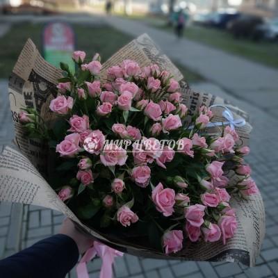 Букет 15 розовых веточных розочек в упаковке