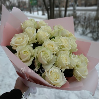 Букет 21 белая роза в упаковке калька