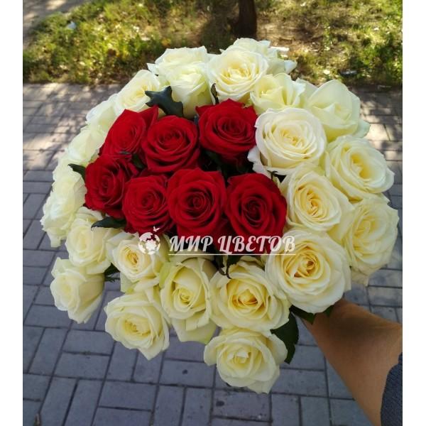 Букет 27 роз, белых с красными