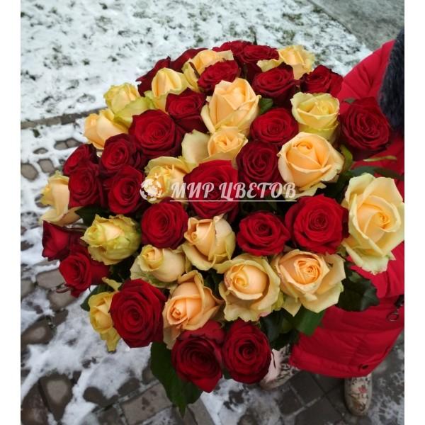 Букет 45 кремовых и красных роз микс