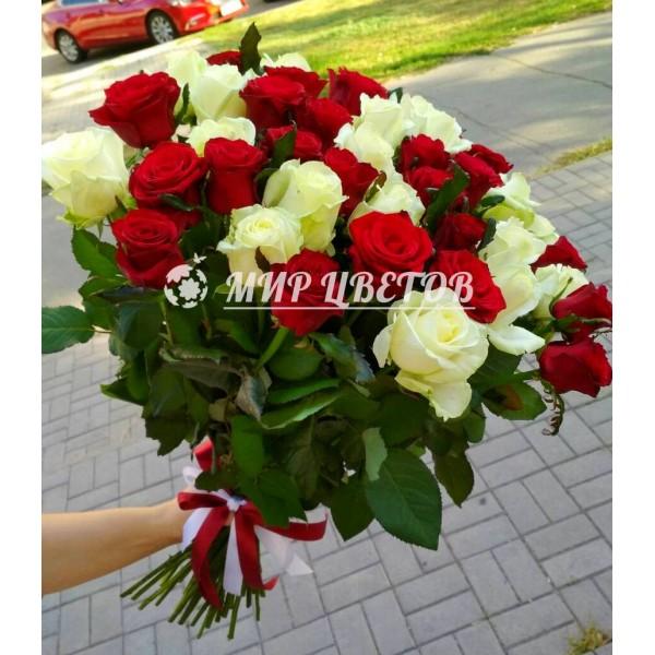 Букет 45 белых и красных роз микс