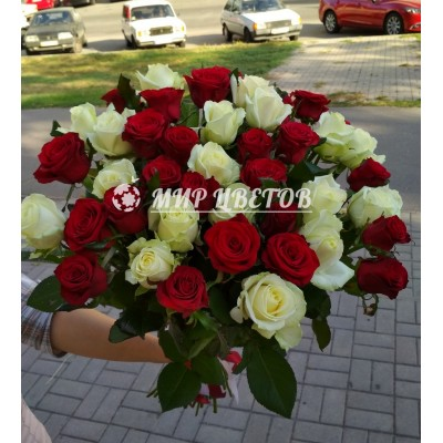 Букет 51 роза красная и белая микс