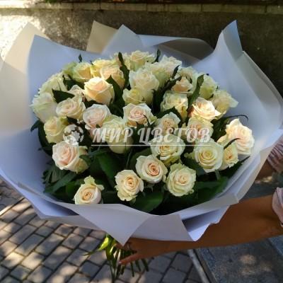 Букет 35 кремовых роз в упаковке