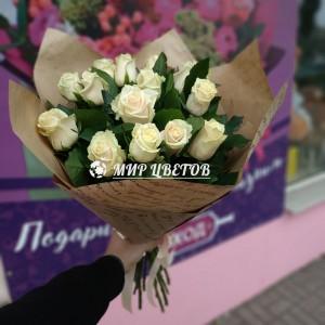 Букет 15 кремовых роз в упаковке крафт