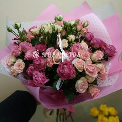 Букет микс кустовых роз в упаковке калька