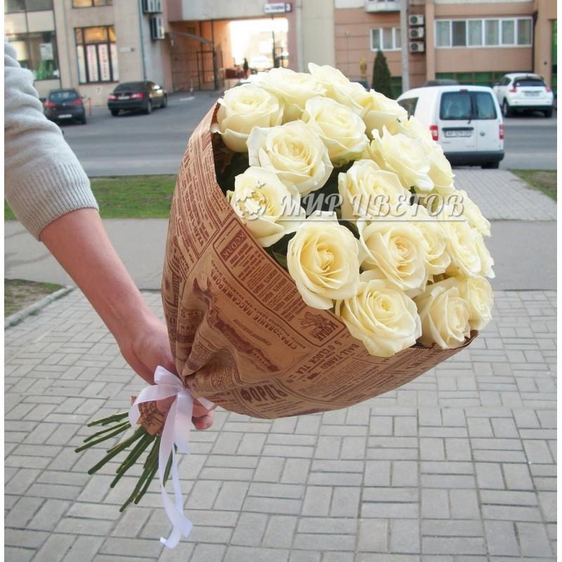 Букет 21 Белая роза в крафт упаковке