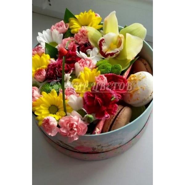 Коробка круглая с цветами и макарунами