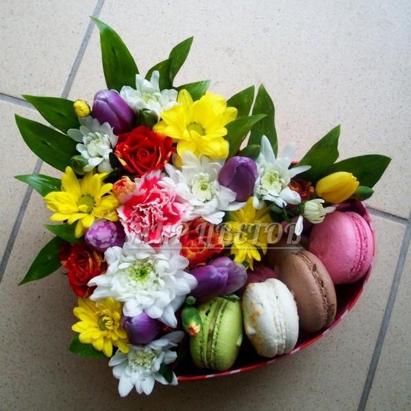 Коробка сердце с цветами и макарунами