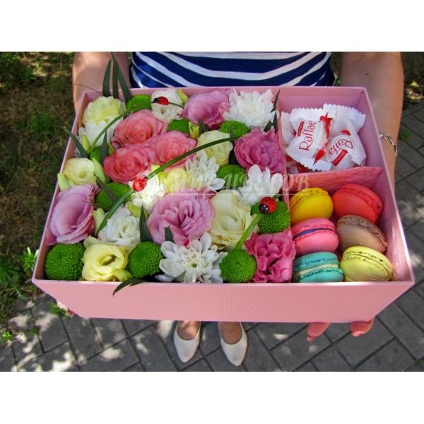 Коробка Макси с цветами, макарунами и рафаэлло