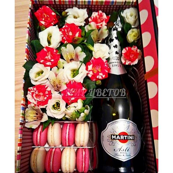 Коробка с цветами, макарунами и Martini Asti
