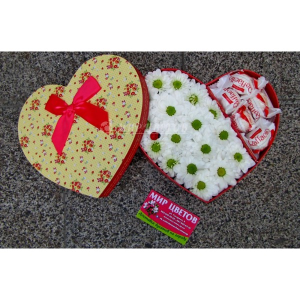 Коробка сердце стандарт с цветами и рафаэлло
