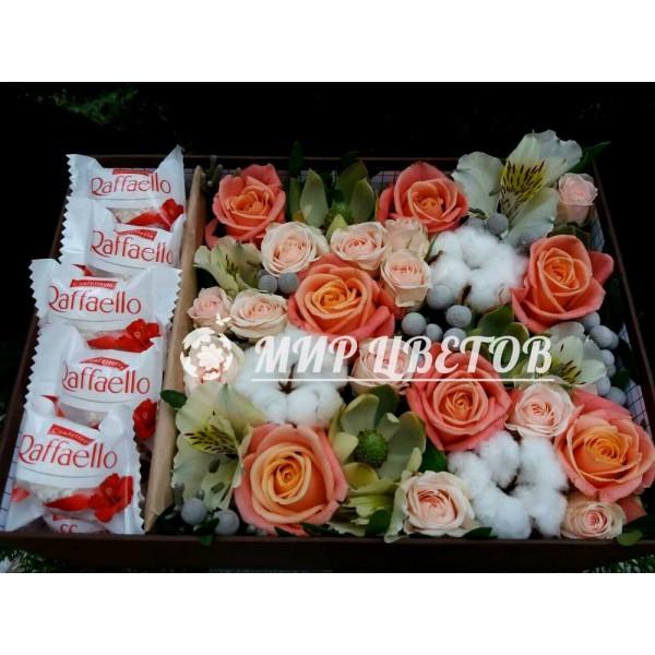 Коробка с цветами, хлопком и рафаэлло