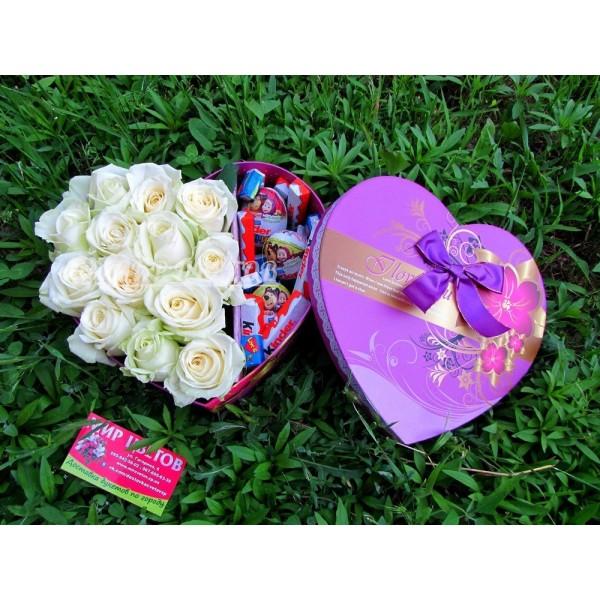 Коробочка сердце с цветами и киндерами