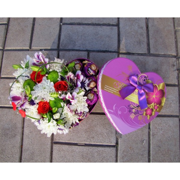 Коробочка сердце с цветами и конфетами