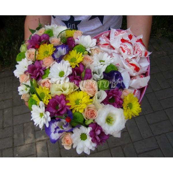 Коробка сердце большое с цветами и конфетами