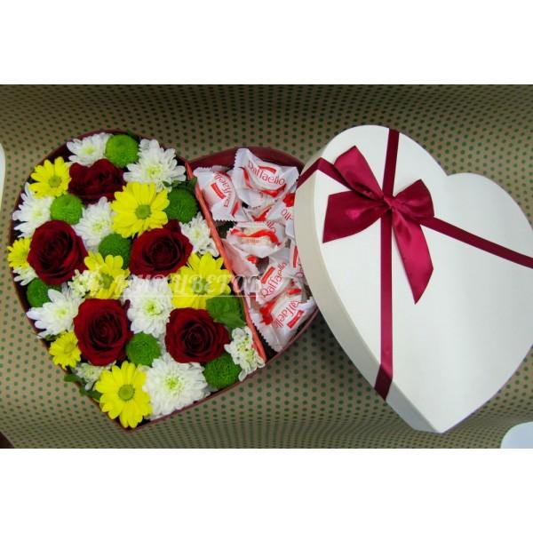 Коробка сердце большое с цветами и рафаэлло