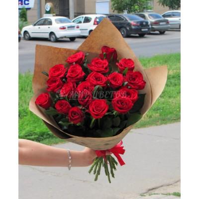 Букет 19 бордовых роз в упаковке крафт