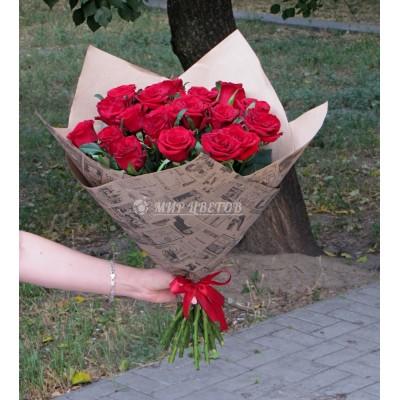 Букет 21 бордовая роза в упаковке крафт