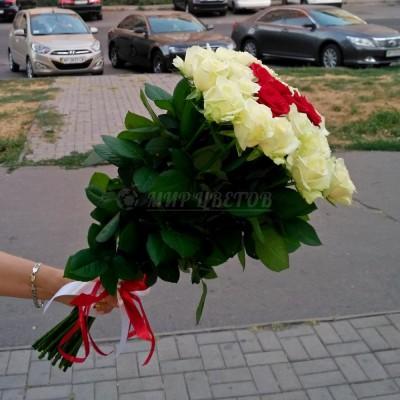 Букет 25 роз, белых с красными