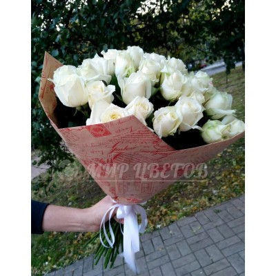 Букет 33 белых роз в упаковке крафт